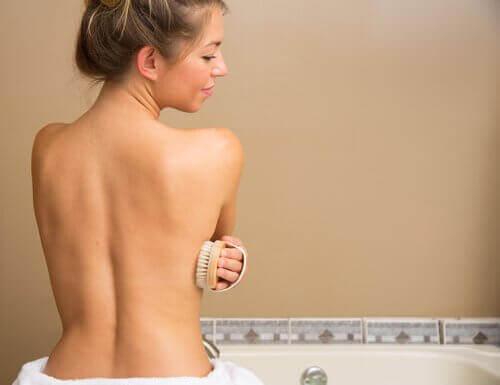 Kobieta używająca gąbki podczas kąpieli