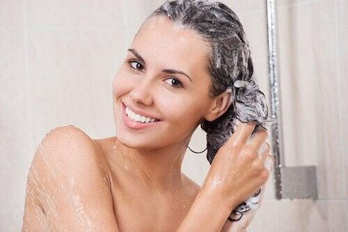 Kobieta myjąca włosy.