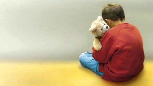 Niewrażliwość na dźwięki dziecko z misiem