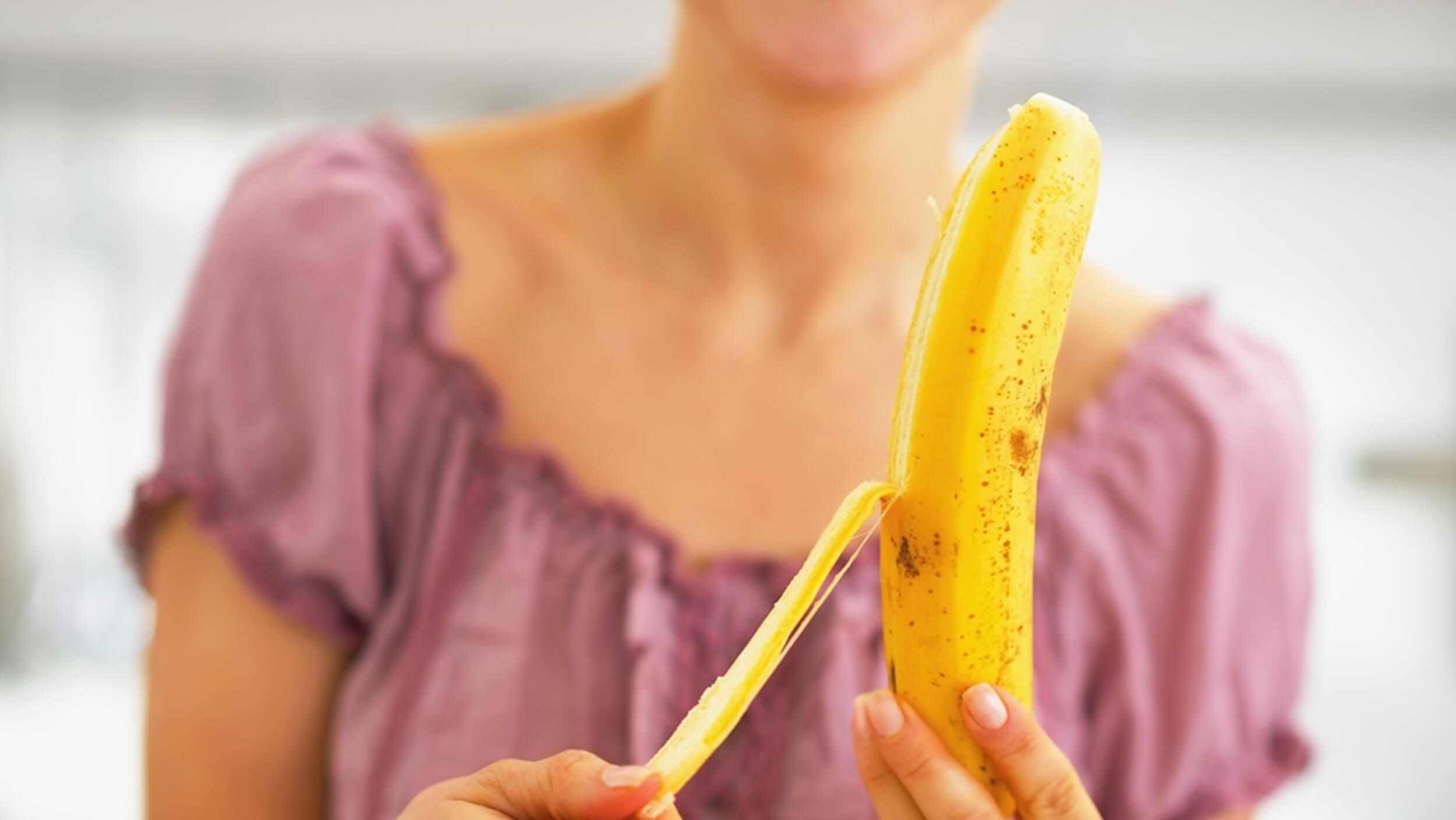 Obieranie banana ze skórki