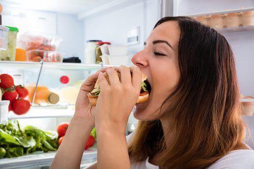 Kobieta je kanapkę