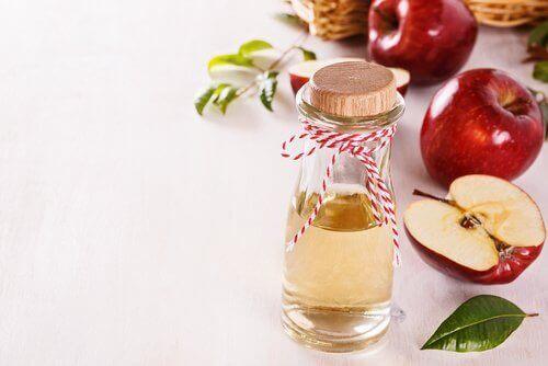ocet jabłkowy i jabłka