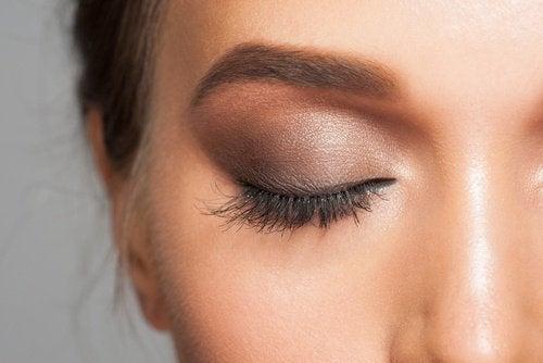Kobieta z pomalowanym okiem.