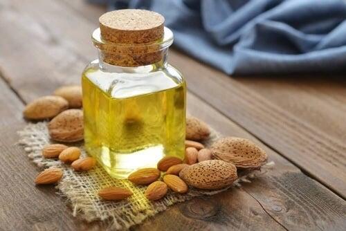 Miód i olej migdałowy zapewnią Ci nawilżenie suchych pięt i ich ochronę.