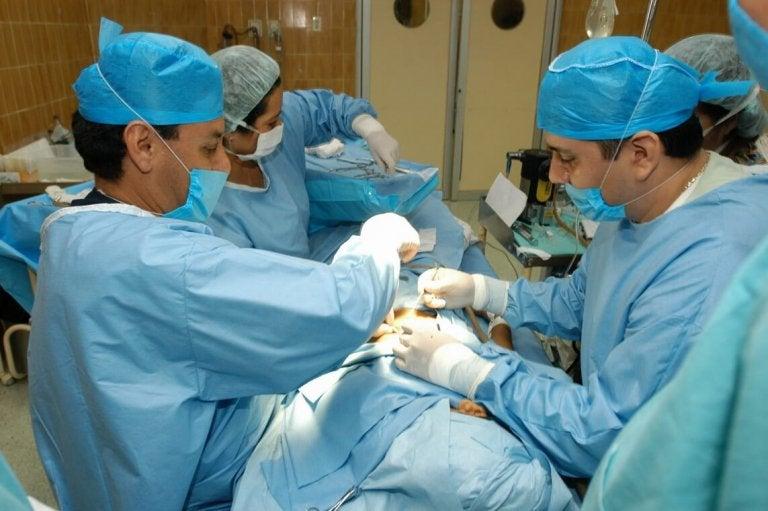 Operacja pacjenta z różą.