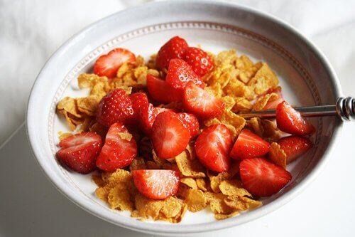 płatki śniadaniowe z truskawkami
