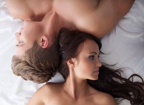 zaczynanie od nowa - para w łóżku