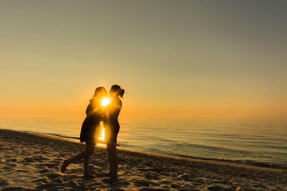 Szczęśliwa para na plaży.