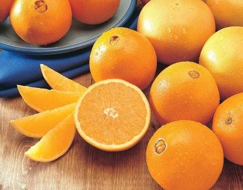 Pomarańcze chronią i nawilżają włosy.