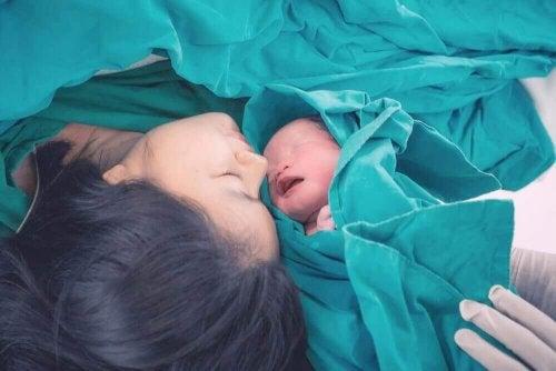 Oksytocyna uwalniana przy porodzie. Matka z dzieckiem
