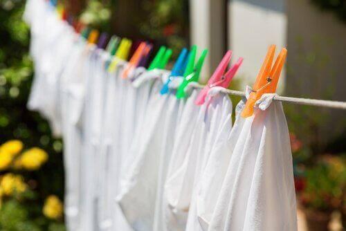 Jak usunąć pleśń z domu- unikaj wieszania prania
