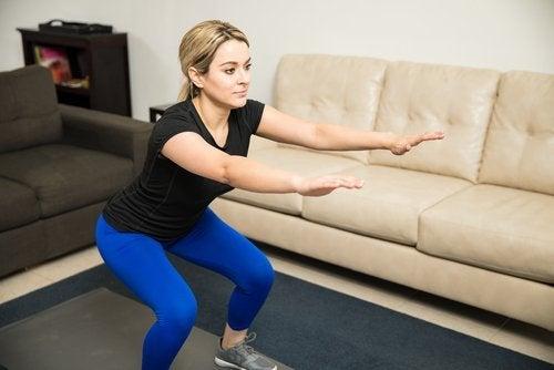 trening dla kobiet, kobieta robi przysiady