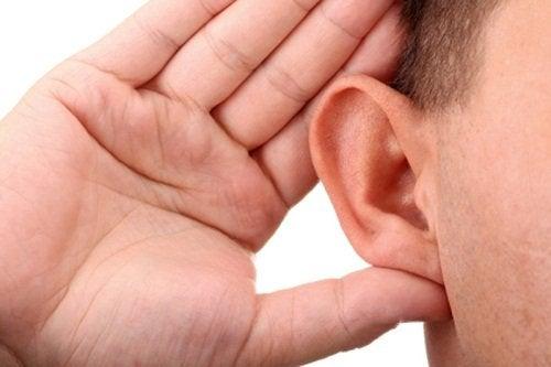 Ręka przy uchu, a problemy ze słuchem