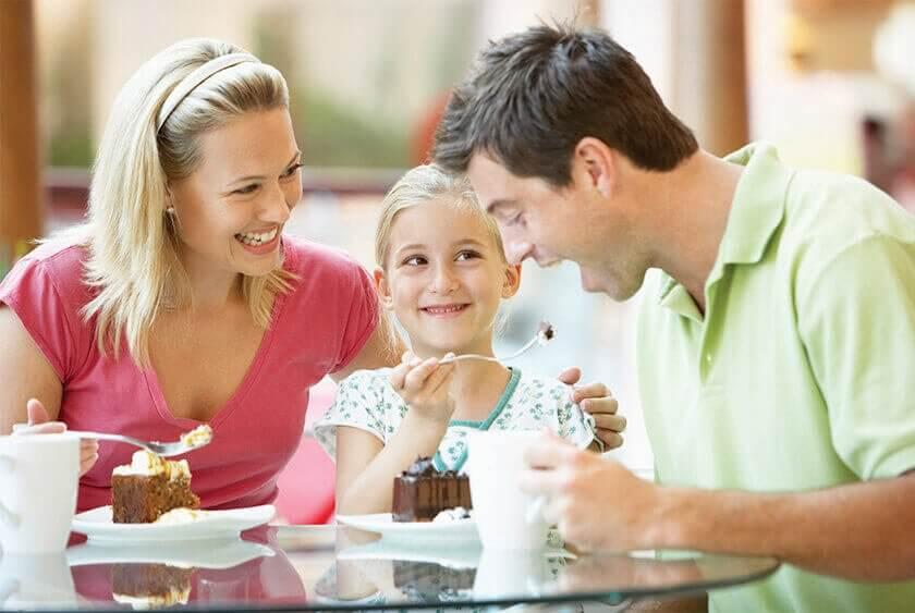 Rodzina jedząca deser