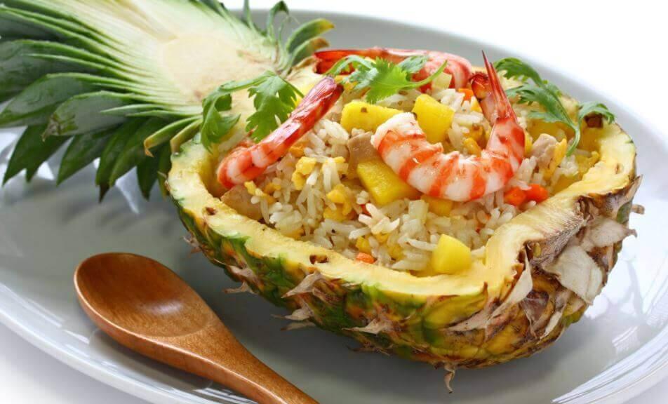 Sałatka z ananasem i krewetkami