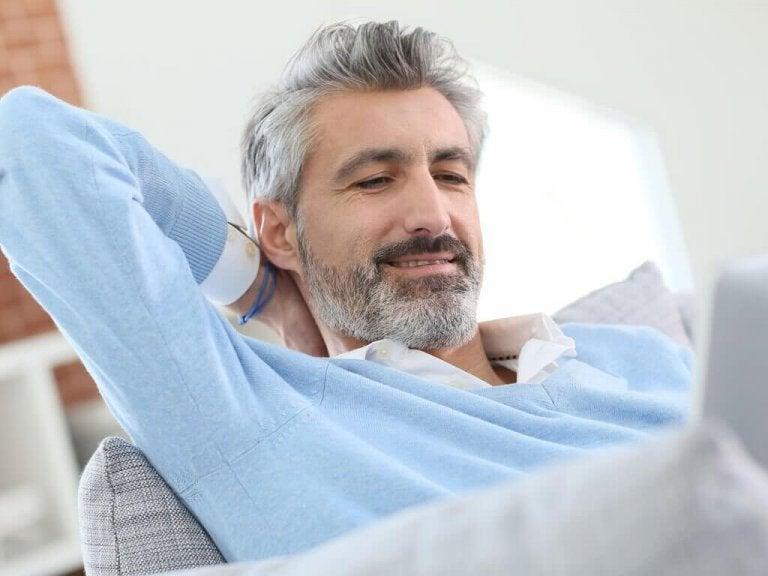 Mężczyzna i siwe włosy.