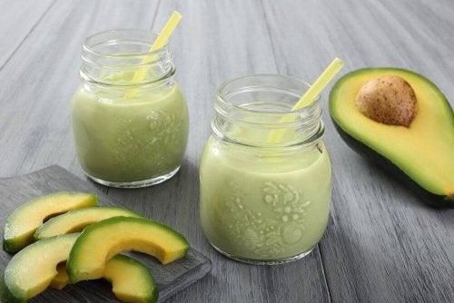 Energizujące smoothie z awokado łatwo przyrządzisz blendując awokado z jogurtem.