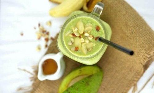 Dodaj do smoothie orzechy, by zapewnić sobie dzienną dawkę zdrowych tłuszczy.