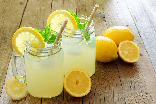 sok z cytryn w słoikach