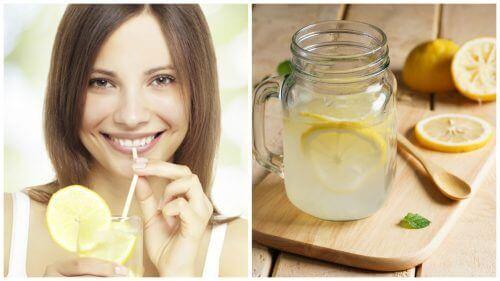 sok z cytryny i uśmiechnieta kobieta