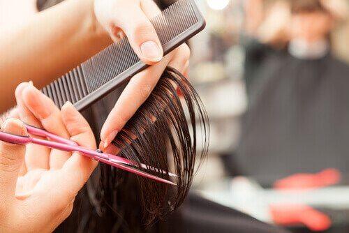 Przycinanie włosów.