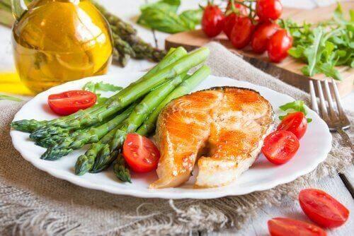 Dzięki swojej wysokiej wartości odżywczej, szparagi w połączeniu na przykład z ryba mogą stanowić pełnowartościowy posiłek.