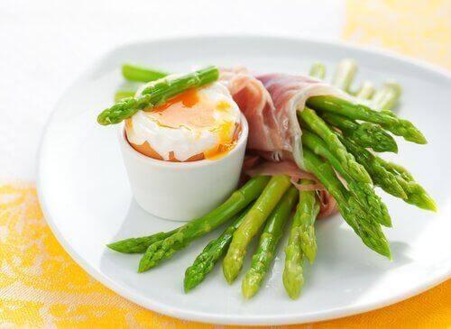Szparagi – 8 korzyści zdrowotnych płynących z ich jedzenia