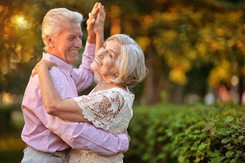 Tańcząca para starszych ludzi
