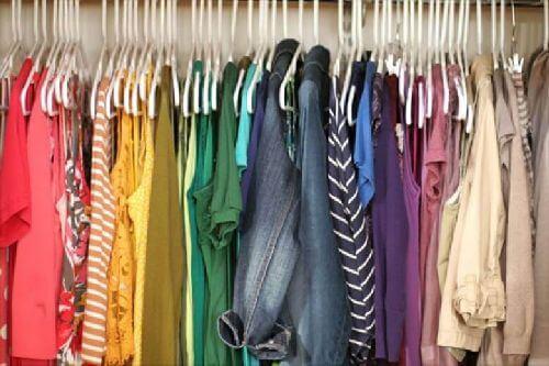 Różne kolory ubrań w szafie