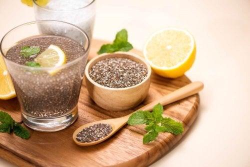 Woda z cytryną i siemieniem lnianym – czy pozwala schudnąć?