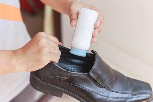 Wsypywanie pudru do buta
