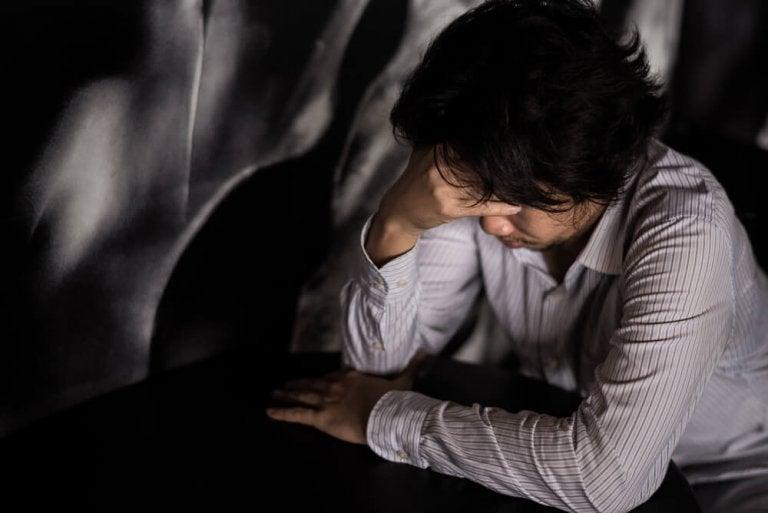 Zmartwiony mężczyzna cierpiący na Zaburzenie obsesyjno kompulsywne