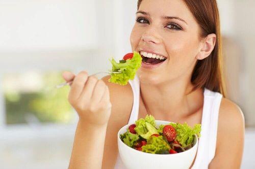 Zdrowe jedzenie kobieta je sałatkę na zdrowe nerki