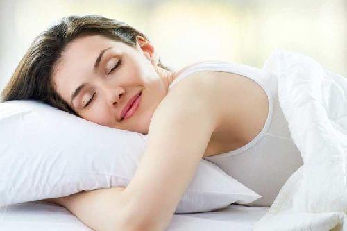 Uśmiechnięta kobieta śpi