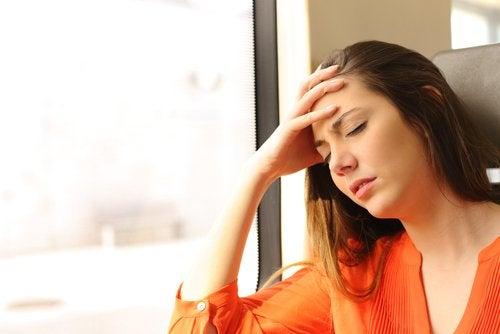 Zmęczona kobieta podpiera głowę