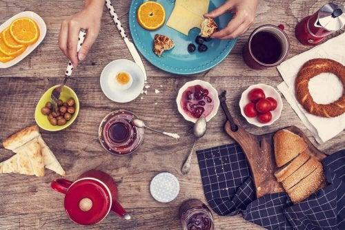Śniadanie: jajka i dżemy
