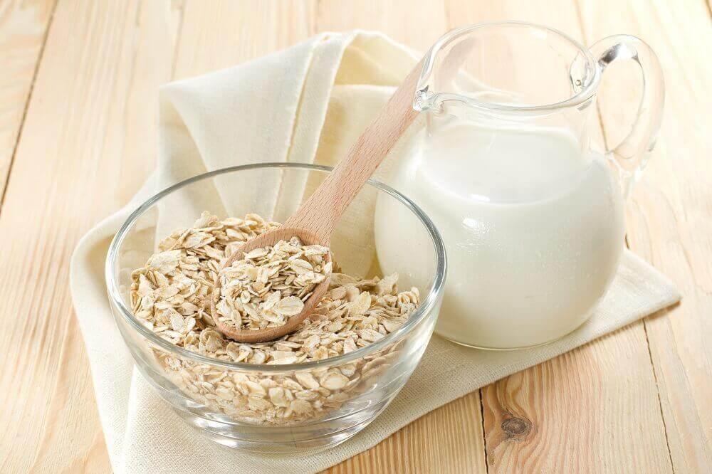 Płatki owsiane i mleko na naleśniki