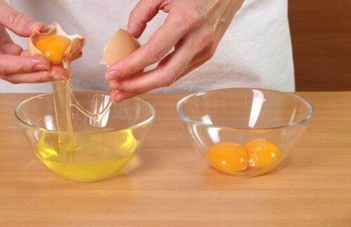 Białka jajek to świetny domowy środek pielęgnujący skórę.