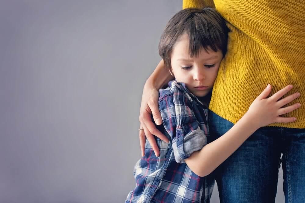 Chłopiec przytulony do mamy
