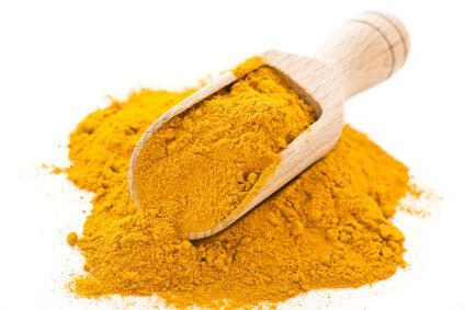 Przygotuj mieszankę z liśćmi curry i nakładaj ją na noc.