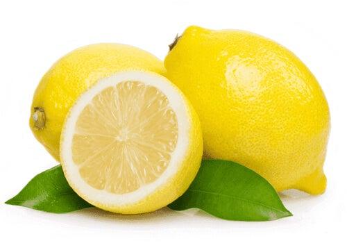 Sok z cytryny jest skuteczny i bardzo prosty w użyciu.