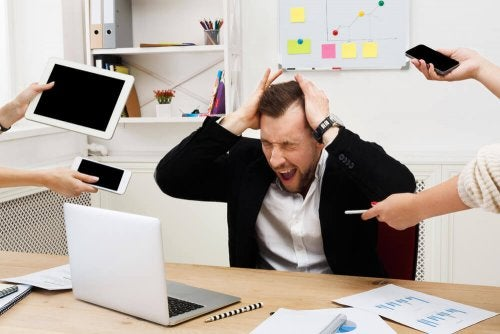 człowiek zdenerwowany przy pracy