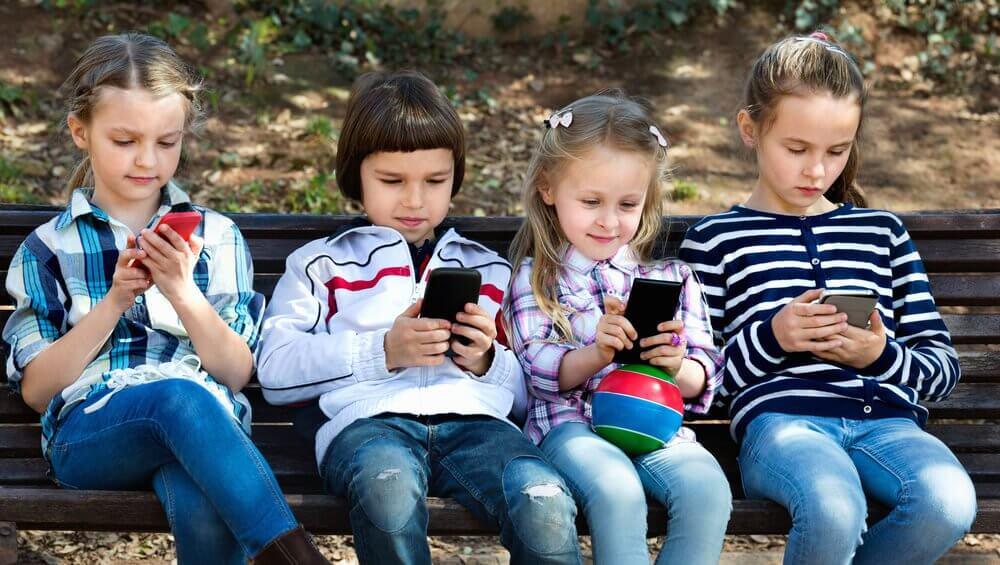 Dzieci z telefonami komórkowymi