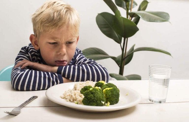 Chłopiec i niechęc do warzyw.