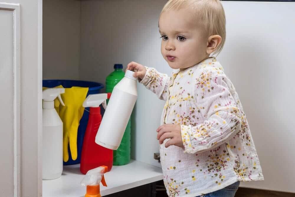 maluch przy szafce z detergentami - dziecko wypiło wybielacz