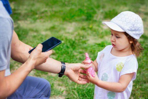 Dziecko z dorosłym i telefon