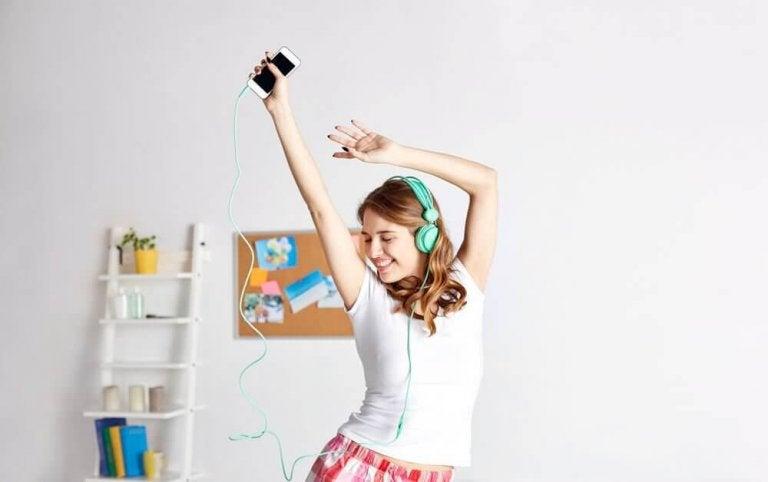 Dziewczyna słuchająca relaksującej muzyki.