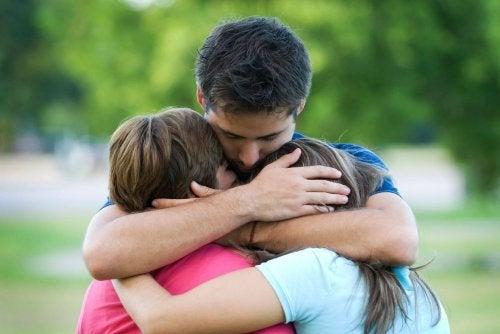 emocjonalny ból 3 osoby się przytulają