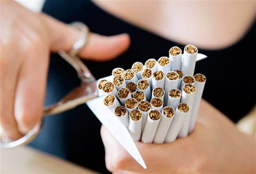 Garść papierosów - powodują one przedwczesne starzenie się skóry