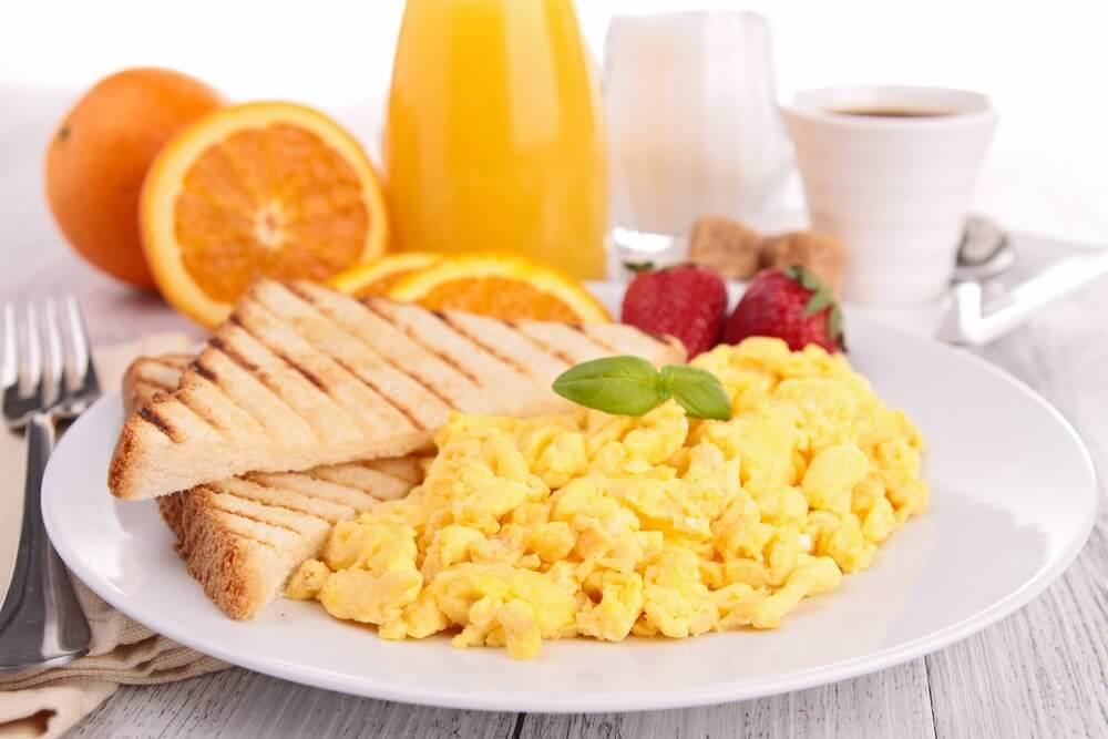 Jajecznica i tosty na talerzu